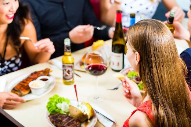 Amis manger et boire dans un fast-food Photo Premium