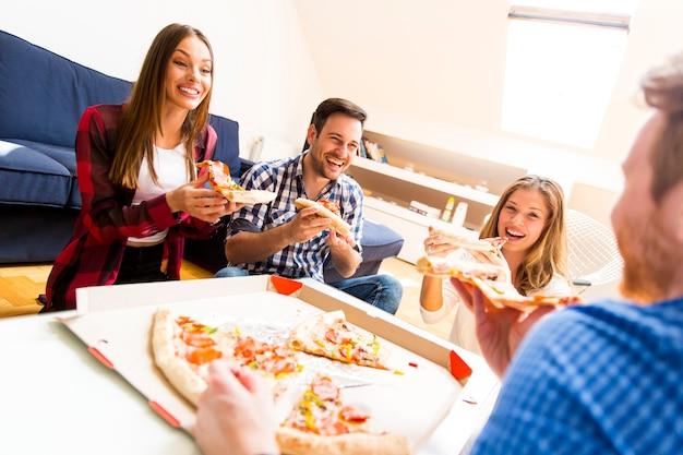 Amis, manger, pizza Photo Premium