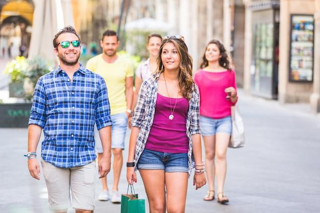 Amis marchant dans la ville Photo Premium