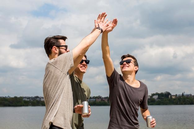 Amis masculins donnant haut cinq Photo gratuit