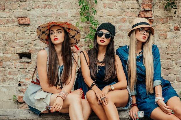 Amis de la mode dans la ville Photo Premium