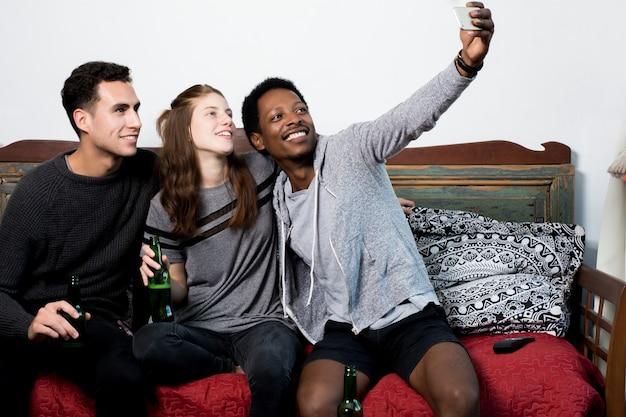 Amis multiculturels faisant un selfie Photo Premium