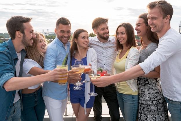 Amis portant un toast à une fête en terrasse Photo gratuit