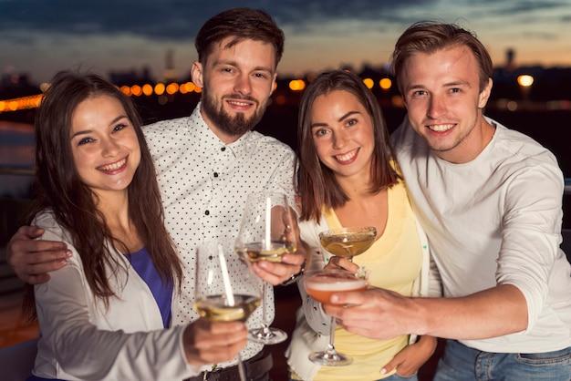 Amis portant un toast à une fête Photo gratuit