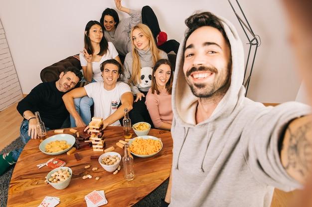 Amis posant pour selfie Photo gratuit
