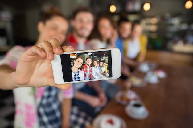 Amis Prenant Une Photo Dans Un Pub Photo Premium