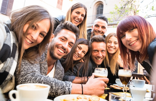 Amis Prenant Selfie Au Bar Restaurant En Buvant Un Cappuccino Et Un Café Irlandais Photo Premium