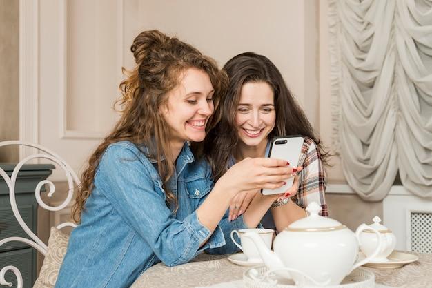 Amis prenant le thé Photo gratuit