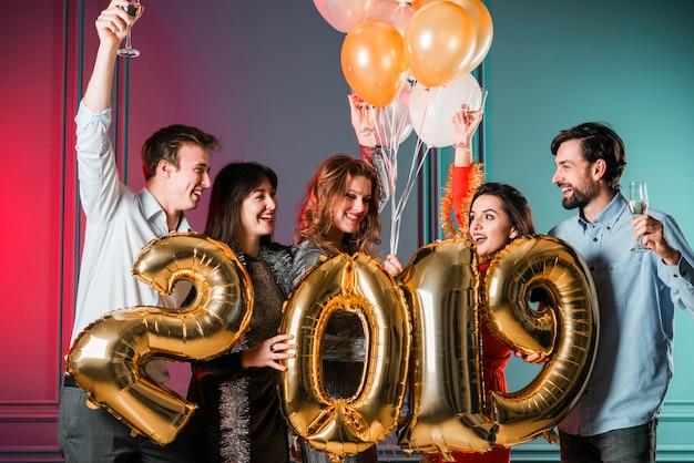 Amis profitant de la fête du nouvel an Photo gratuit