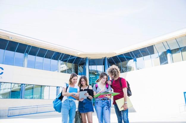 Amis qui étudient près du bâtiment de l'université Photo gratuit