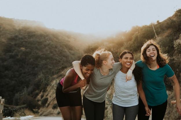 Amis de randonnée à travers les collines de los angeles Photo gratuit