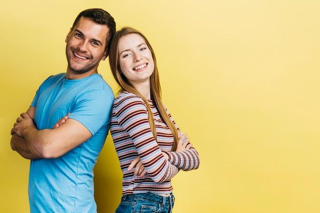 Amis restant avec les bras croisés Photo gratuit
