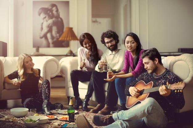 Amis réunis à la maison Photo Premium