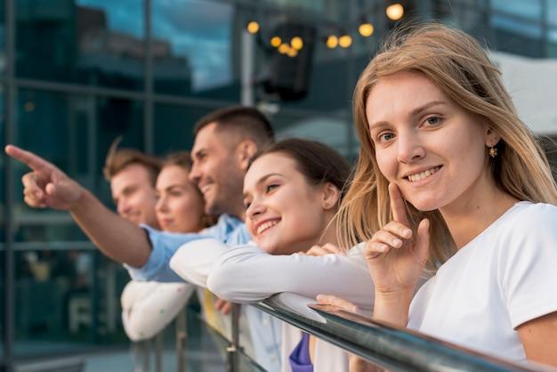 Amis s'appuyant sur une balustrade Photo gratuit