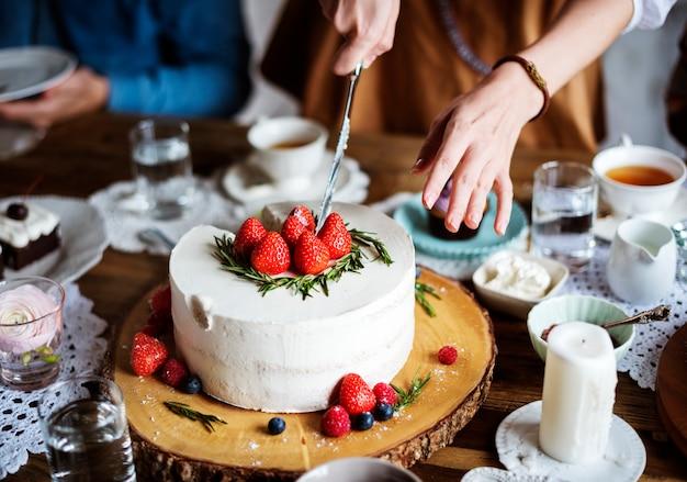 Amis se réunissant à la fête du thé manger des gâteaux plaisir de bonheur Photo Premium