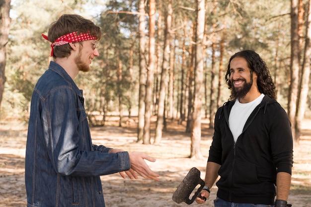 Amis Smiley Conversant à L'extérieur Au Barbecue Photo gratuit