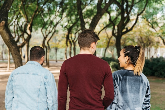 Amis souriants multiethniques marchant dans le parc et s'amuser Photo gratuit