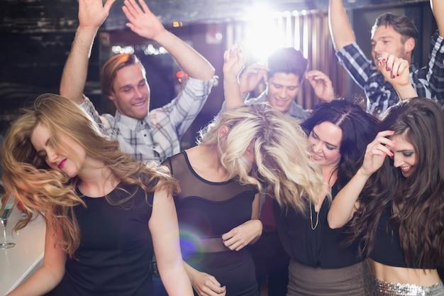 Amis stylés dansant et souriant Photo Premium