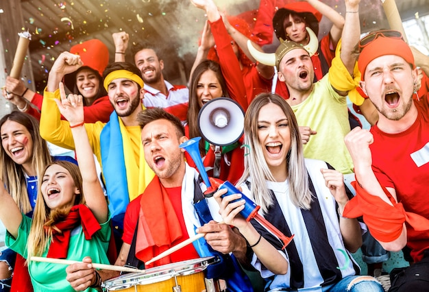 Amis De Supporters De Football Applaudissant Et Regardant Match De Coupe De Football Au Stade International Photo Premium