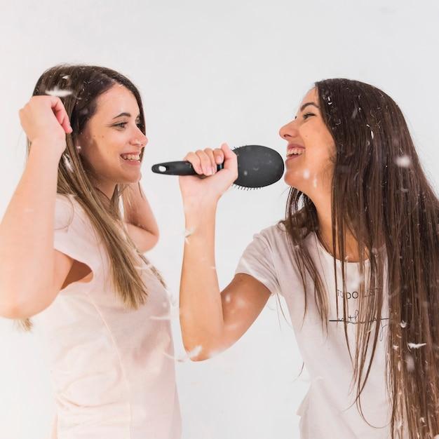 Amis tenant une chanson en chantant avec ses amis en train de danser Photo gratuit