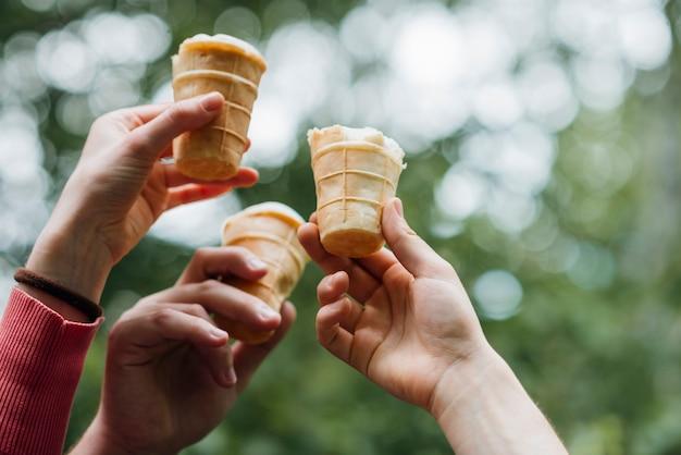 Amis, tenue, glace, mains, dans, parc Photo gratuit