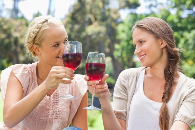 Amis tinter leurs verres à vin Photo Premium