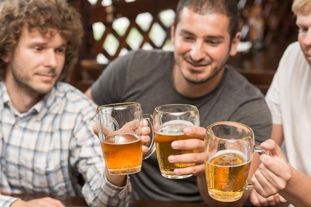 Amis, tinter les verres au bar Photo gratuit