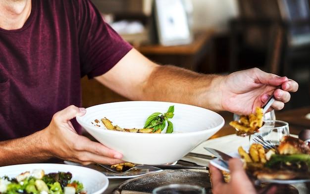 Amis en train de dîner dans un restaurant Photo Premium