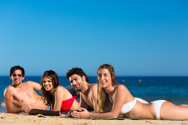 Amis en vacances à la plage en été Photo Premium