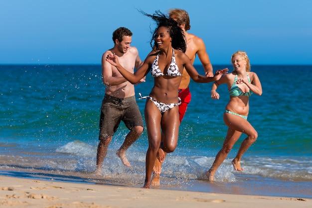 Amis En Vacances à La Plage Photo Premium