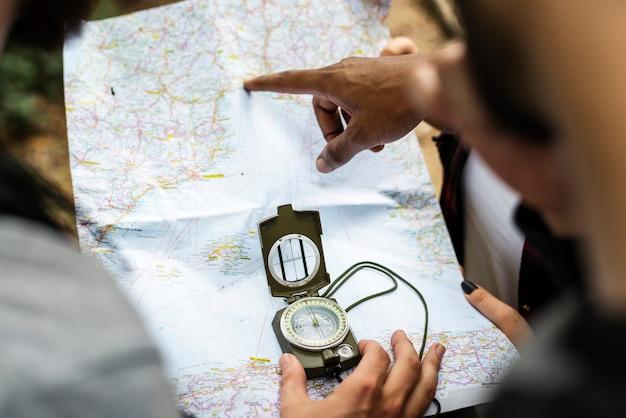 Amis vérifiant la carte pour la direction Photo gratuit
