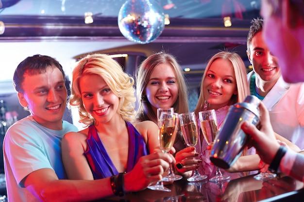Amis avec un verre de champagne Photo gratuit