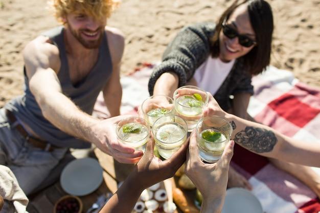 Amis avec le verre mojito Photo gratuit