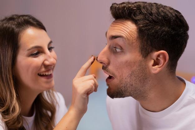 Amour Couple Jouant Avec Du Chocolat Photo gratuit