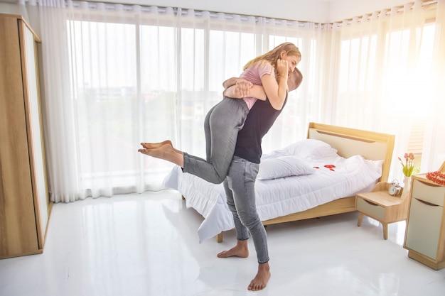 Amour Couple Vivre Dans Le Bonheur De La Chambre Dans Le Concept De La Saint-valentin Amour Photo Premium