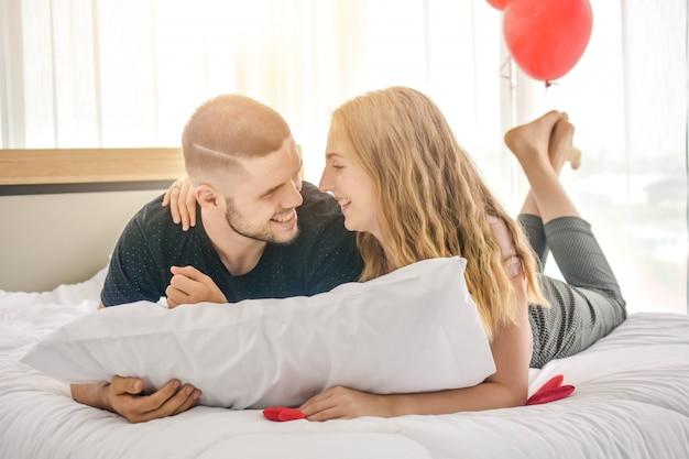 Amour Doux Couple Vivre Dans Le Bonheur De La Chambre Dans Le Concept De La Saint-valentin Amour Photo Premium