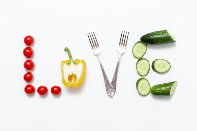 L'amour écrit Artistique Avec Des Légumes Et Des Fourchettes Photo gratuit