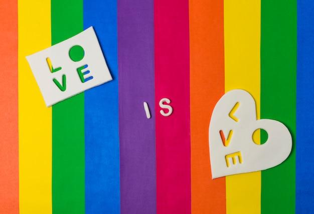 L'amour est l'amour mots sur les tablettes sur le drapeau brillant lgbt Photo gratuit