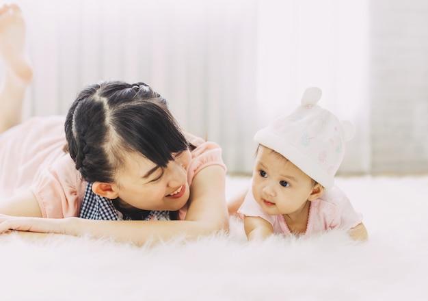 Amour et joyeux portrait de famille de personnes asiatiques Photo Premium