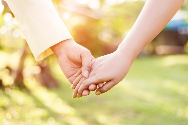 Amour main, mariage, saint valentin, ensemble, main dans la main. Photo Premium