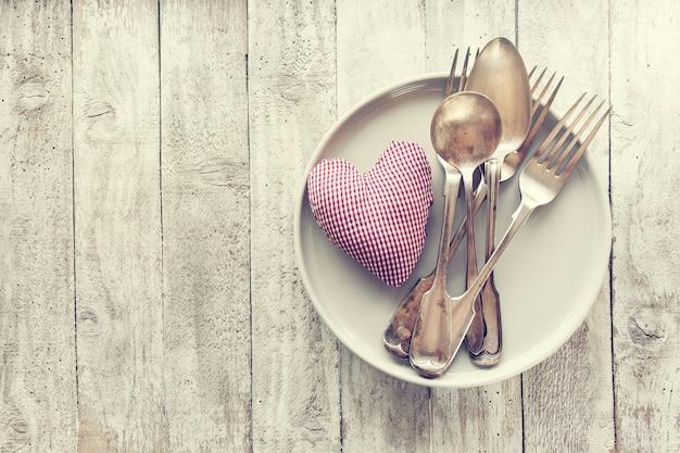 Amour, saint valentin ou manger concept avec des couverts vintage, pl Photo gratuit
