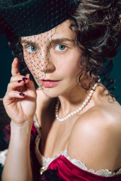 Amour Tragique. Jeune Femme Comme Anna Karenina Isolée Sur Bleu Foncé Photo gratuit