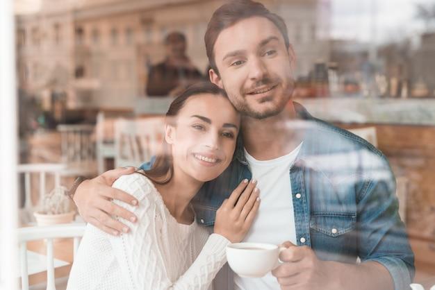 Les Amoureux Boivent Du Café Au Lait Dans Une Femme Au Café Douillette Photo Premium