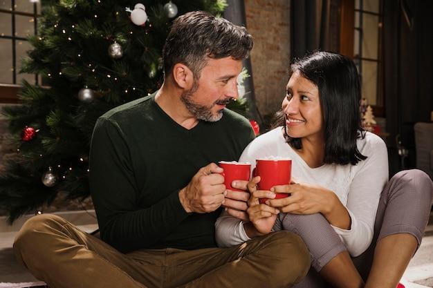 Amoureux Couple De Personnes âgées Se Regardant Photo gratuit