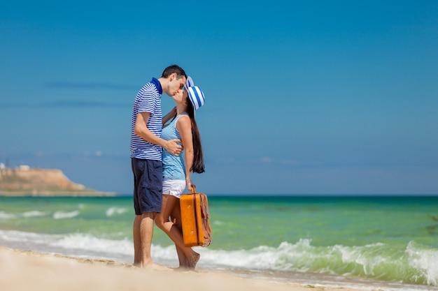Amoureux couple en vêtements bleus avec valise Photo Premium