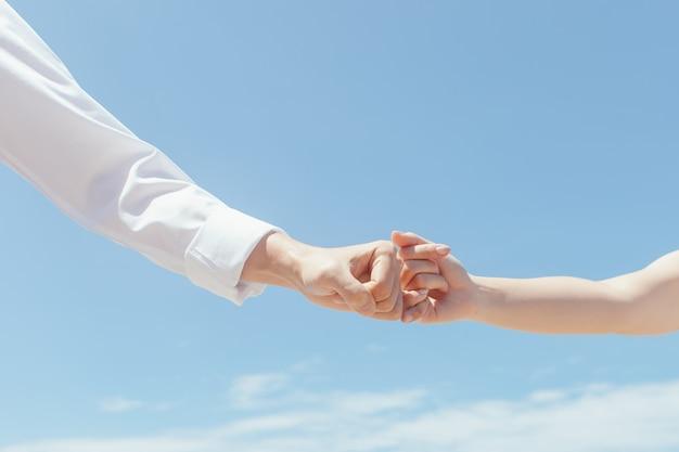 Les amoureux du voyage se donnent la main Photo Premium