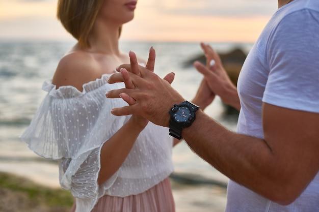 Amoureux Homme Et Femme Câlin Et Baiser Debout à La Falaise Photo Premium