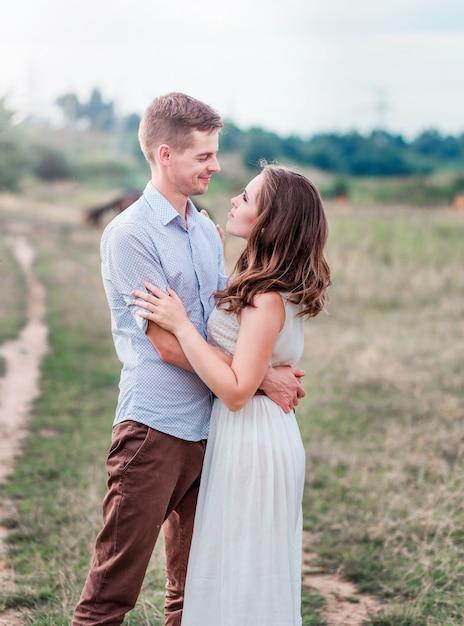 Amoureux homme et femme ensemble. Photo Premium