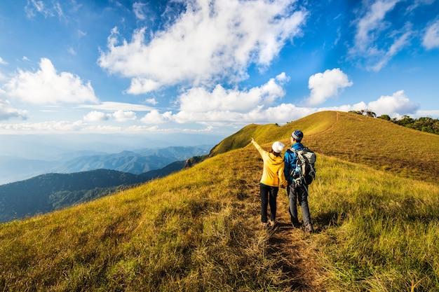 Amoureux de la randonnée en montagne. doi mon chong, chiang mai, thaïlande. Photo Premium
