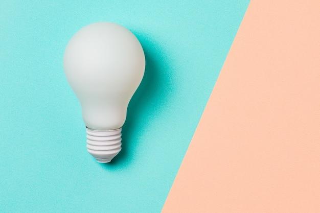 Ampoule blanche sur fond bleu et rose Photo Premium
